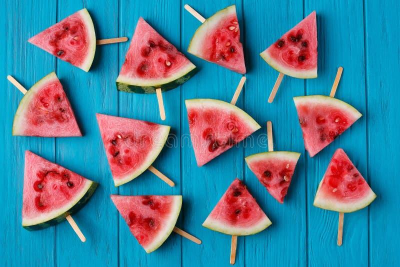 Wassermelonenscheibe popslices auf einem blauen hölzernen Hintergrund Freshnes stockfoto