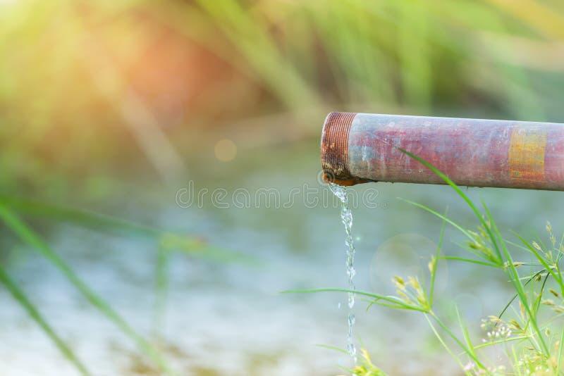 Wassermetallrohr lizenzfreie stockfotos