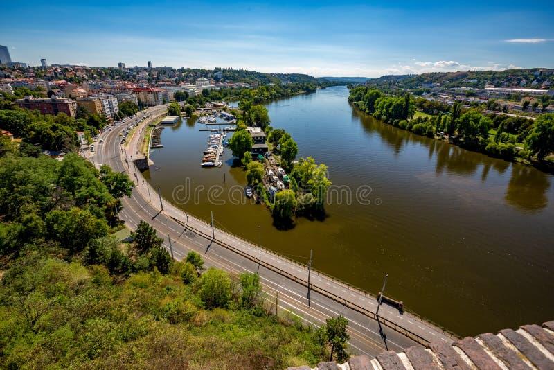 Wasserpark mit Yachten in Prag von oben stockfotos