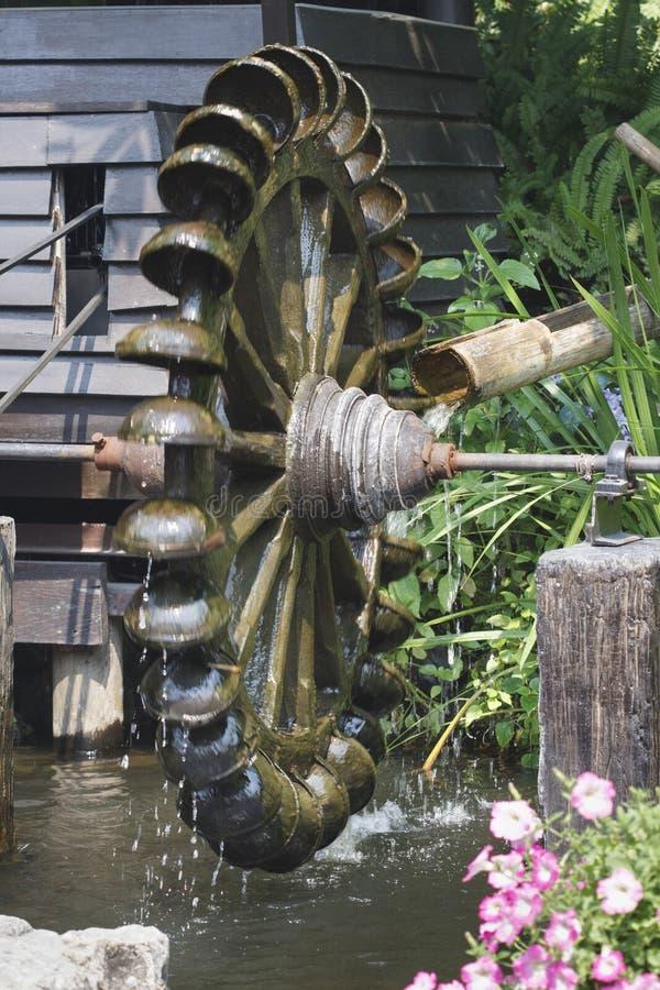 Wasserradturbine. Das fallende Wasser des Gebrauches, zum von Energie zu schaffen lizenzfreie stockfotografie