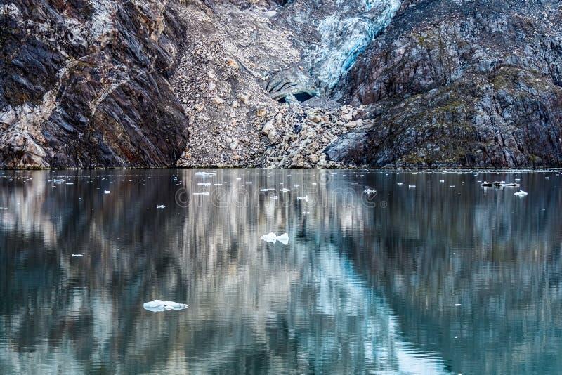 Wasserreflexionen von Felsen und von Gletscher stockbilder