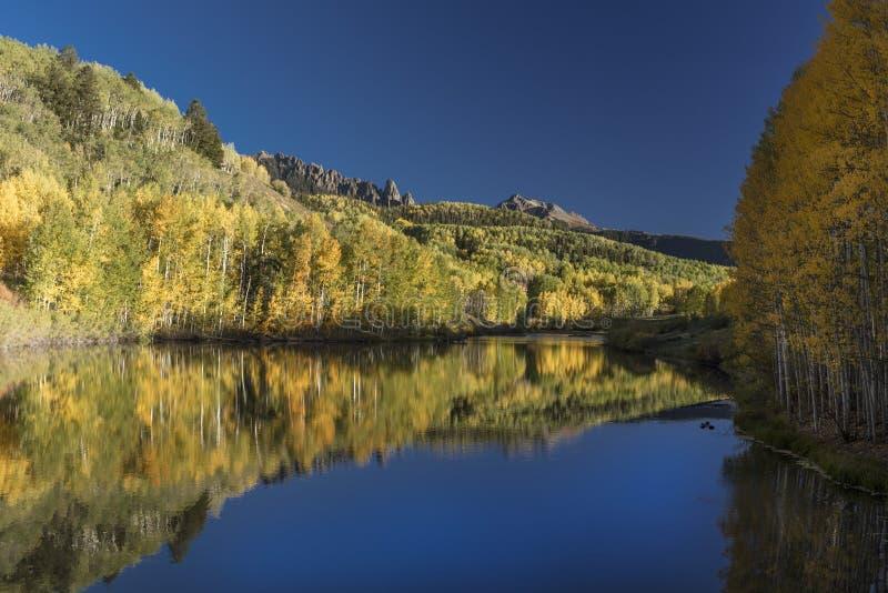 Wasserreflexionen von Herbstteich außerhalb des Tellurids lizenzfreie stockfotografie