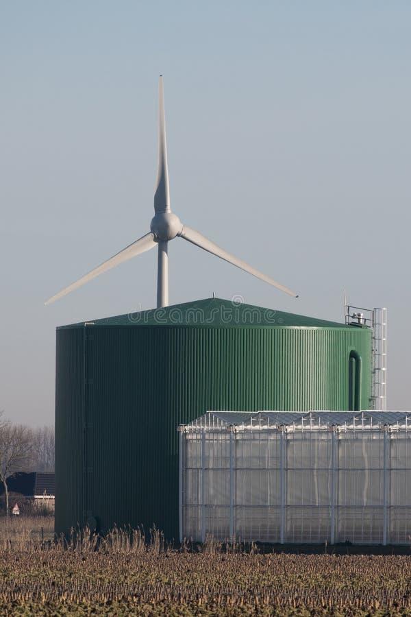 Wasserreservoir mit Windmühle und Gewächshaus bei Andijk stockfotos