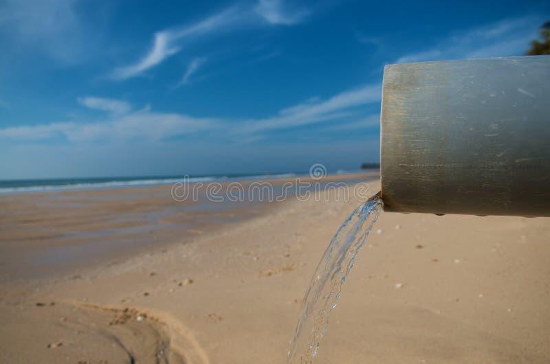 Wasserrohr an einem Strand lizenzfreie stockfotografie
