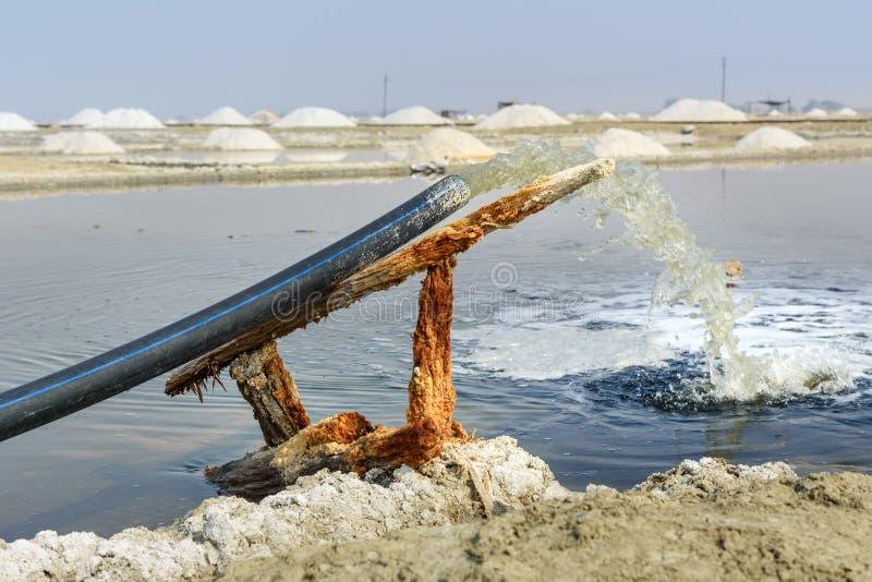 Wasserschlauch füllt den Teich auf Sambhar Salt Lake Indien lizenzfreie stockbilder