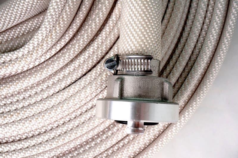 Wasserschlauch mit Koppelungen stockfotos