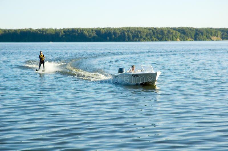 Wasserskifahren lizenzfreie stockfotos