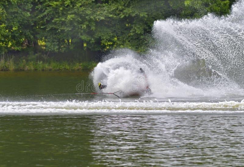 Wasserskifahrerfallen stockbild