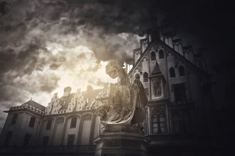 Wasserspeier-Fabelwesen-Stein-Statue am mittelalterlichen Schloss lizenzfreie stockbilder