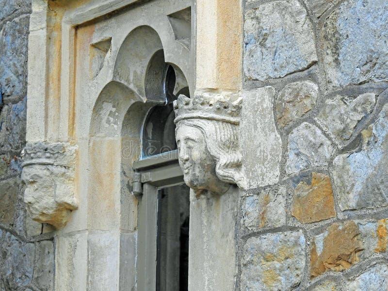 Wasserspeierwasserspeierk?pfe stellt groteskes Fensterfort-Kirchenschloss gegen?ber lizenzfreies stockfoto