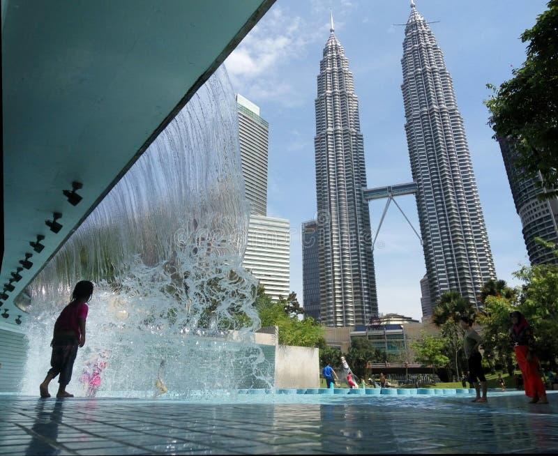 Wasserspiel an KLCC Malaysia stockfotos