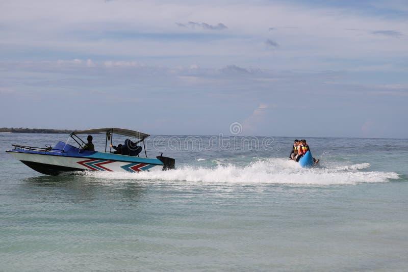 Wassersport auf dem Strand lizenzfreie stockfotos