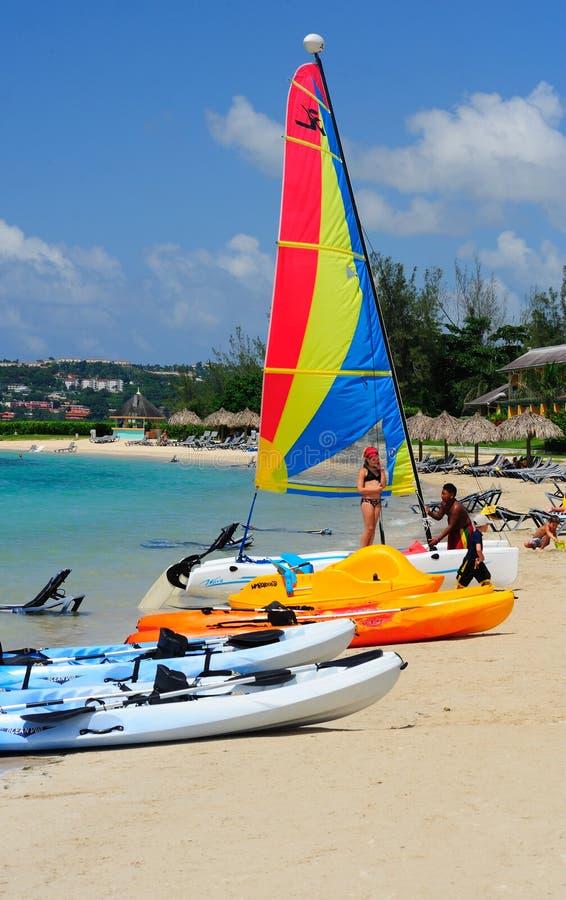 Wassersport auf einem carribean Strand lizenzfreie stockbilder