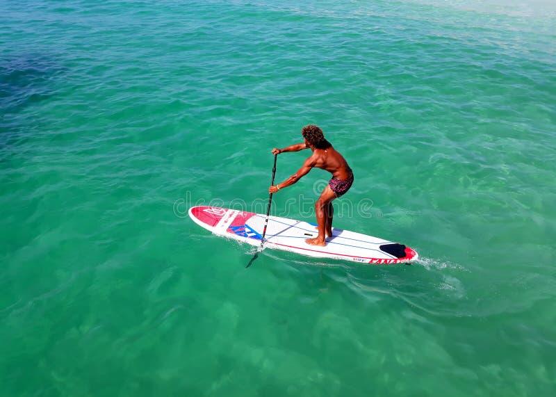 Wassersport auf Kap-Verde Schwimmen auf dem Brett stockfoto