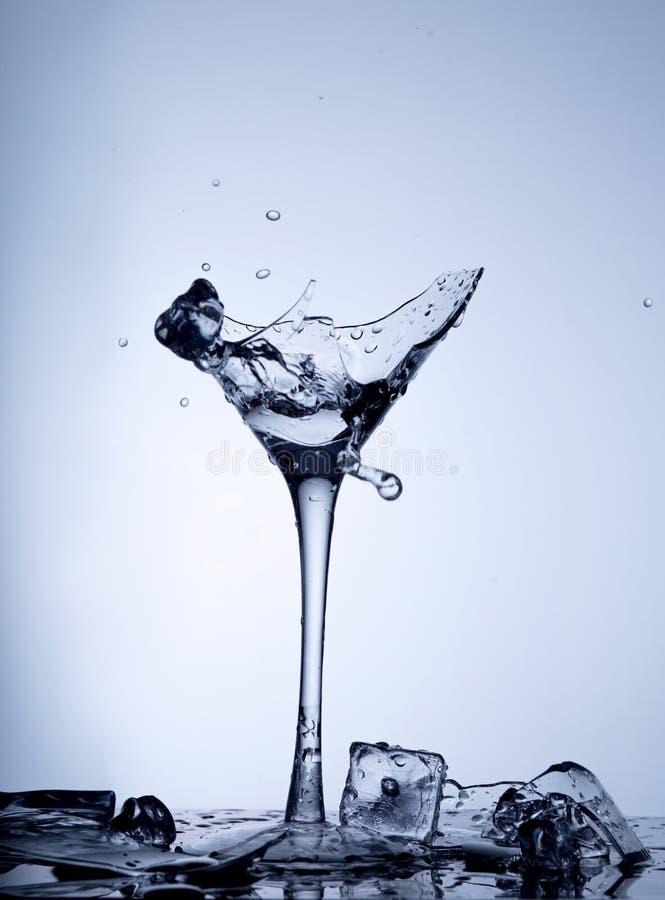 Wasserspritzen in einem defekten Becher Wassertropfen eines Glases Zerbrochener Becher lizenzfreie stockfotografie