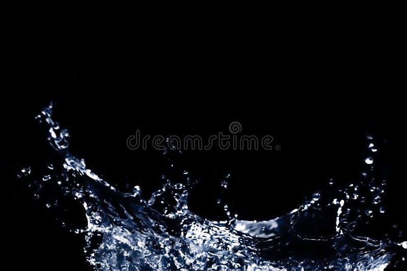 Wasserspritzen lokalisiert im schwarzen Hintergrund lizenzfreie stockbilder