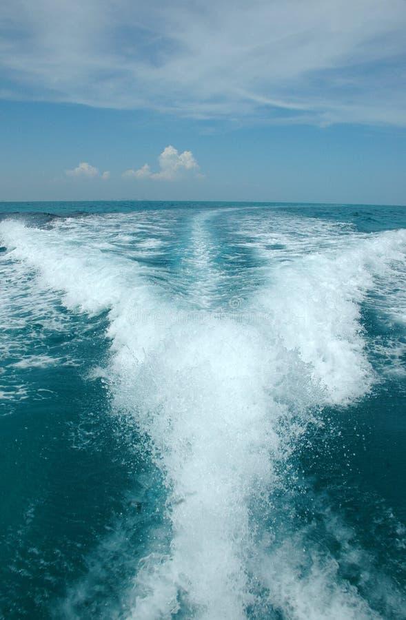 Wasserspur hinter Boot lizenzfreies stockbild