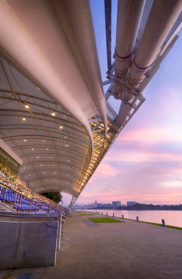 Wasserstadionshaupttribüne nahe der Seeseite lizenzfreie stockfotos