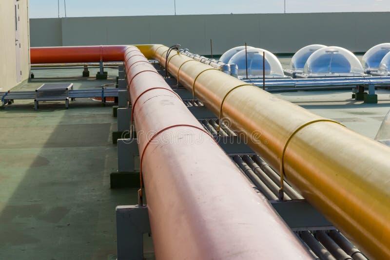Wasserstahlrohr Flansch-Fitting Rohre und Rohrleitung an einer Gasterminalraffinerie lizenzfreie stockbilder