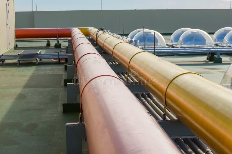 Wasserstahlrohr Flansch-Fitting Rohre und Rohrleitung an einer Gasterminalraffinerie stockfotografie