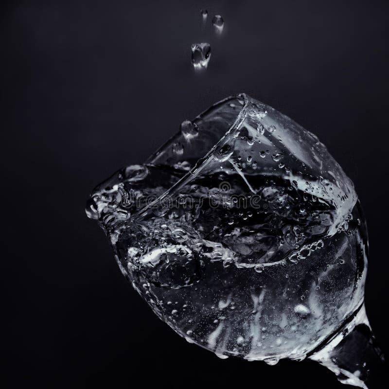 Wasserströme vom Glas Wässern Sie gegossen werden in ein Glas stockfoto