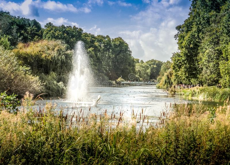 Wasserstrahl im Park gelegen im Bad lizenzfreie stockbilder