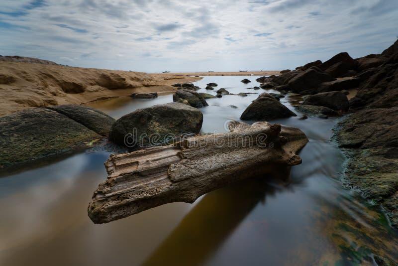 Wasserstrom durch das Bauholz stockfotos