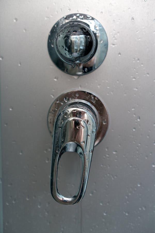 Wasserstromschalter unter der Dusche stockfoto
