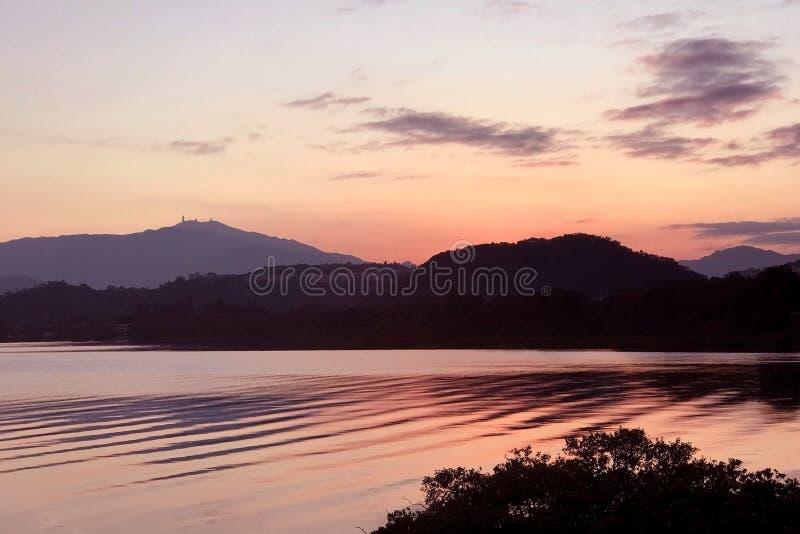 Wasserteich mit Welle und Wolke bei Sonnenuntergang lizenzfreie stockfotos