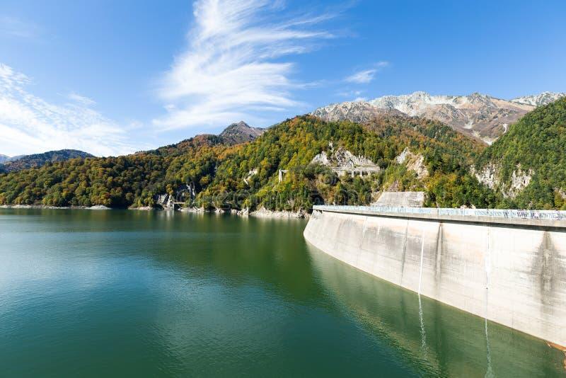 Wasserteich und Kurobe-Verdammung lizenzfreie stockbilder