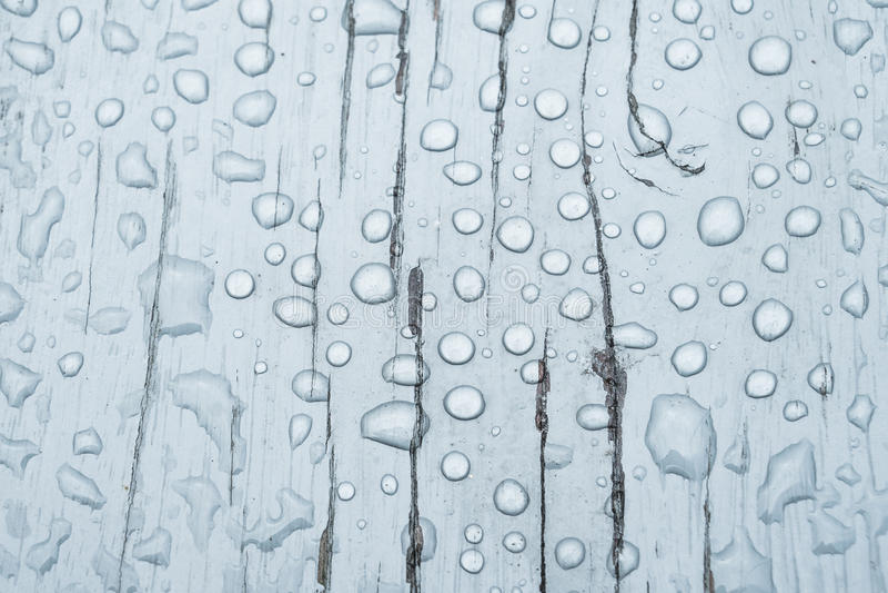Wassertropfen auf einem hölzernen Hintergrund stockbilder