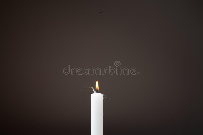 Wassertropfen auf Feuer lizenzfreies stockfoto