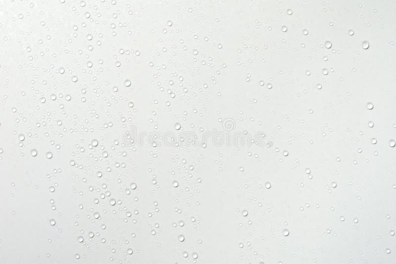 Wassertropfen auf weißem Oberflächenhintergrund lizenzfreie stockbilder