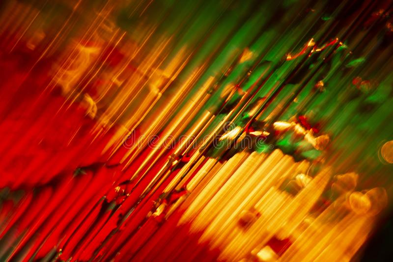 Wassertropfen in den Stürzen der Kunststoffplatte Abstrakte Hintergrundnahaufnahme stockfoto