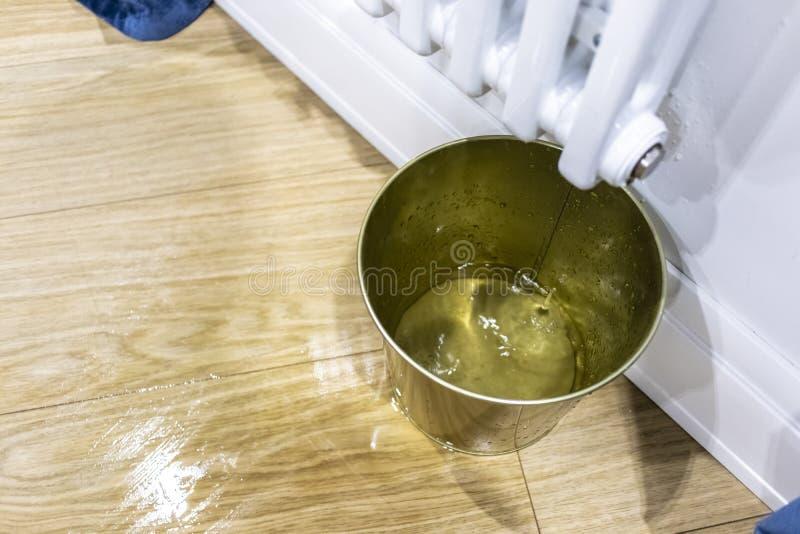 Wassertropfen, die auf den Boden von einem weißen Heizkörper gießen lizenzfreie stockfotografie