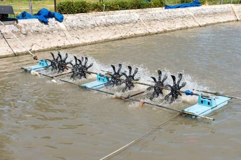 Wasserturbinen, die mit spinnendem Abwasser schwimmen, um wa zu säubern lizenzfreie stockfotos