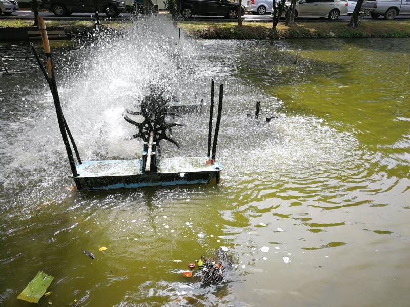 Wasserturbinen fügen dem Fischteich in einer weißen Blase Sauerstoff hinzu lizenzfreie stockbilder