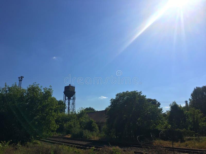 Wasserturm vom Abstand lizenzfreie stockfotografie