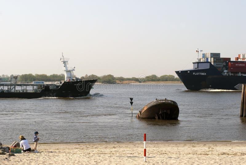 Wasserverkehr auf Elbe-Fluss lizenzfreie stockfotografie
