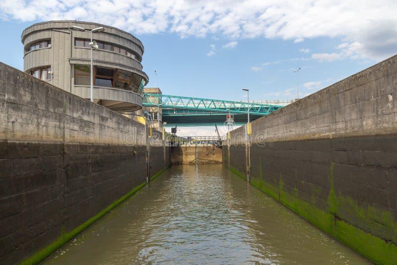 Wasserverschluß, der das Wasser auf dem Fluss, die Ansicht vom Innere füllt lizenzfreies stockfoto