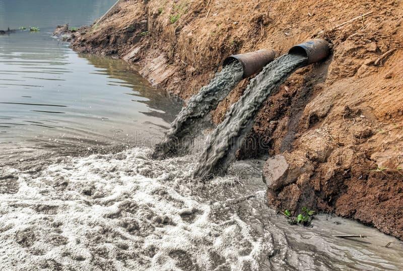 Wasserverschmutzung im Fluss lizenzfreies stockbild