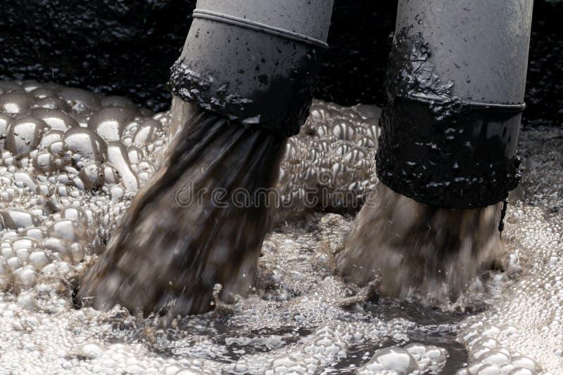 Wasserverschmutzung im Fluss stockfotos