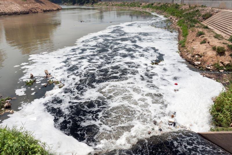 Wasserverschmutzung im Fluss lizenzfreie stockbilder