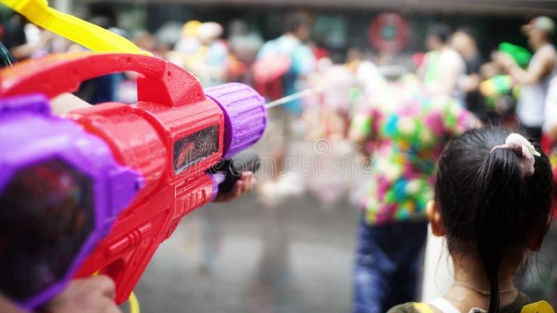 Wasserwerfer in Songkran-Festival stockfoto
