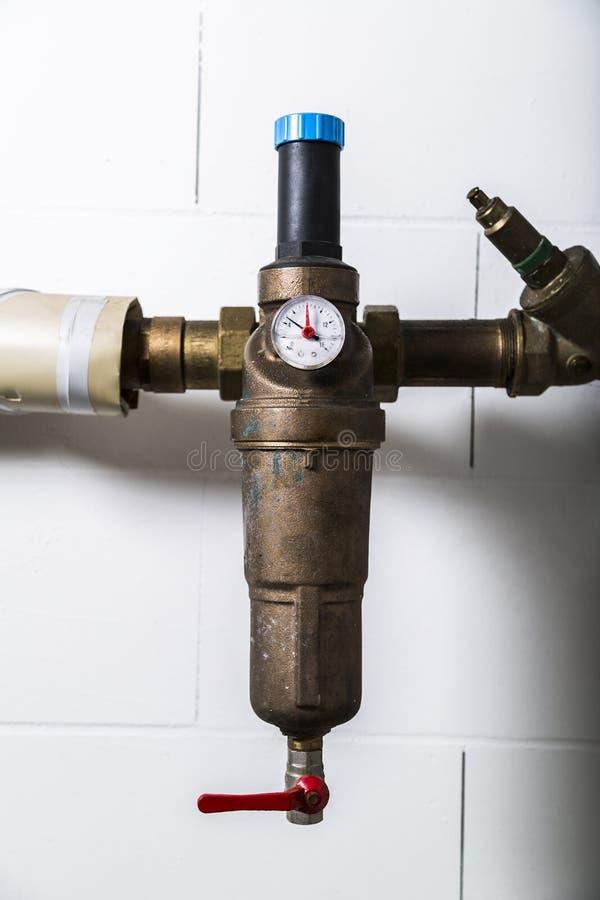 Wasserzähler auf metallischer rostiger Wasserleitung lizenzfreie stockfotos