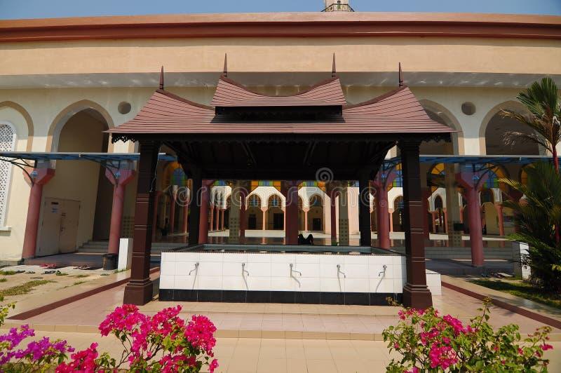 Wassing van de Moskee van Putra Nilai in Nilai, Negeri Sembilan, Maleisië royalty-vrije stock afbeelding