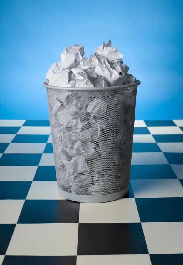 Wastebasket cheio imagens de stock