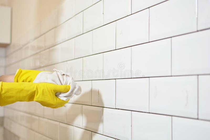 Download Wastegels Na Keukenwederopbouw Stock Foto - Afbeelding bestaande uit cleaning, vloer: 107703738