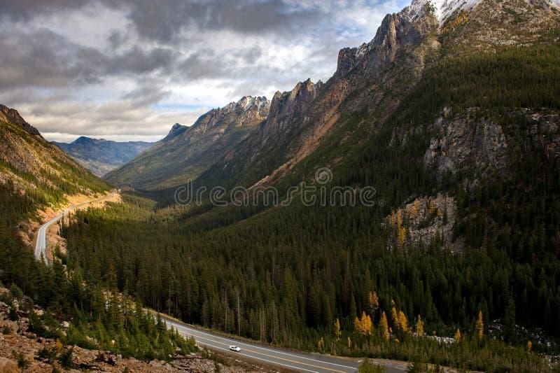 Waszyngtońska przepustka Wzdłuż Północnej kaskady autostrady Podczas jesień sezonu obrazy royalty free