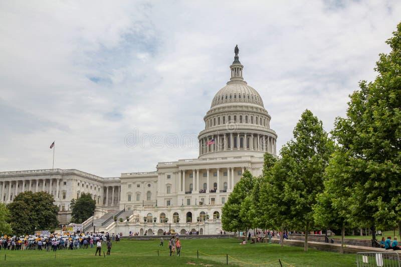 Waszyngton, czerwiec 14,2018: Najwięcej ludzi zbierają przed zlanych stanów Kongresowym budynkiem przy usa obrazy royalty free